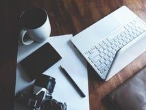 Espacio de trabajo en la tabla de madera imagen de archivo