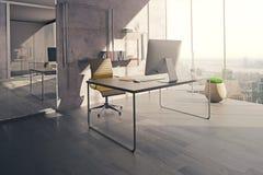 Espacio de trabajo en oficina iluminada por el sol Fotos de archivo libres de regalías