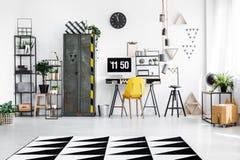 Espacio de trabajo espacioso con muebles industriales imagenes de archivo