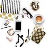 Espacio de trabajo femenino de Ministerio del Interior de la moda plana de la endecha con el teléfono, la taza de café, los cuade Imagenes de archivo