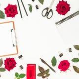 Espacio de trabajo femenino del escritorio con el tablero, el cuaderno, las rosas rojas y los accesorios en el fondo blanco Endec Imagen de archivo libre de regalías