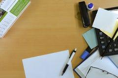 Espacio de trabajo de la oficina, accesorios de escritorio de la oficina, lío, tabla de madera, espacio del texto Imagenes de archivo