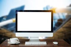 Espacio de trabajo de la vista delantera con el ordenador, foto de archivo libre de regalías