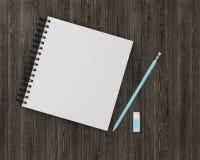 Espacio de trabajo mínimo: el cuaderno con se corrige, borrador en de madera Fotografía de archivo