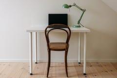 Espacio de trabajo minimalista retro moderno en un cuarto simple de Ministerio del Interior fotos de archivo libres de regalías