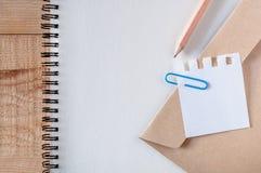 Espacio de trabajo, papel de carta, libro del bosquejo con los clips azules papel, efectos de escritorio, lápiz en la tabla de ma fotografía de archivo libre de regalías