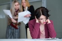 Espacio de trabajo ruidoso cansado de la mujer del zumbido de la oficina imagen de archivo