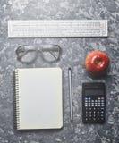 Espacio de trabajo de un ingeniero del estudiante en una superficie concreta Imagenes de archivo
