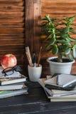 Espacio de trabajo y accesorios caseros para el trabajo, el entrenamiento y la educación - libros, revistas, cuadernos, libretas, Fotografía de archivo libre de regalías