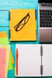 Espacio de trabajo y cuaderno con el espacio de la copia en fondo de madera azul Visión superior Mofa para arriba Teclado de orde Fotos de archivo