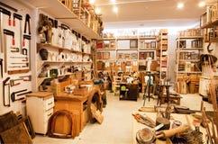 Espacio del arte de pintores con los estantes llenos de libros, de cepillos y de pinturas Fotos de archivo