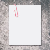 Espacio en blanco blanco y clip de papel rojo Foto de archivo libre de regalías