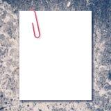 Espacio en blanco blanco y clip de papel rojo Imagen de archivo