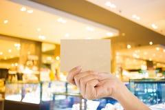 Espacio en blanco de la foto Dé a control la tarjeta de visita en blanco en la alameda de compras Fotografía de archivo