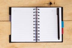 Espacio en blanco de la nota de libro en la madera Fotos de archivo