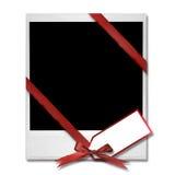 Espacio en blanco de la película con el arqueamiento de la Navidad y la etiqueta del regalo Fotografía de archivo libre de regalías