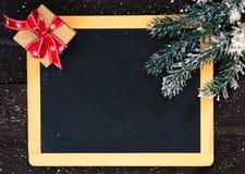 Espacio en blanco de la pizarra con la decoración de la Navidad. Imagen de archivo libre de regalías