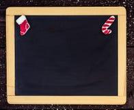 Espacio en blanco de la pizarra con la decoración de la Navidad. Fotografía de archivo libre de regalías