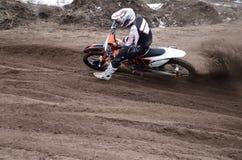 Espacio en blanco de la punta del jinete del motocrós que vira de la arena con fotos de archivo