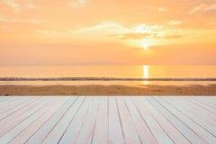 Espacio en blanco de la tabla de madera y vista de la puesta del sol o de la salida del sol encendido Imagen de archivo