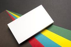 Espacio en blanco de la tarjeta de visita sobre fondo abstracto colorido Maqueta de marcado en caliente de los efectos de escrito Fotos de archivo