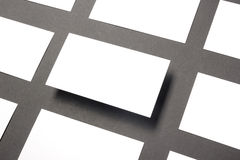 Espacio en blanco de la tarjeta de visita sobre la tabla de la oficina Maqueta de marcado en caliente de los efectos de escritori Fotos de archivo