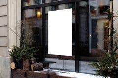 Espacio en blanco del anuncio en una ventana de un restaurante de la calle afuera fotografía de archivo