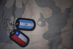 espacio en blanco del ejército, placa de identificación con la bandera de la Argentina y chile en el fondo de color caqui de la t fotografía de archivo