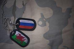 espacio en blanco del ejército, placa de identificación con la bandera de Rusia y País de Gales en el fondo de color caqui de la  Foto de archivo libre de regalías