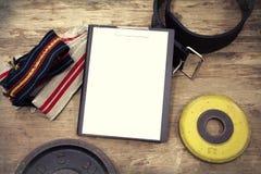 Espacio en blanco del vintage del equipo del gimnasio en el fondo de madera Foto de archivo