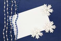 Espacio en blanco, granos y copos de nieve en azul marino Imágenes de archivo libres de regalías