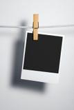 Espacio en blanco polaroid de la película en cuerda Foto de archivo libre de regalías