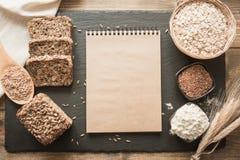 Espacio en blanco vacío para una receta del pan con los ingredientes, harina, trigo, pan, centeno, semillas de lino alrededor en  Imagen de archivo