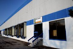 Espacio industrial del almacén con el muelle para el arriendo   Fotografía de archivo