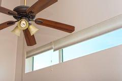 Espacio interior con la fan y la ventana fotos de archivo libres de regalías
