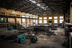 Espacio interior de la empresa metalúrgica solitaria vieja Fotografía de archivo