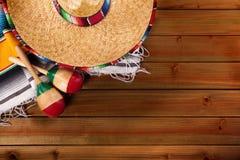 Espacio mexicano de la copia de la opinión superior del sombrero del fondo de madera de Mayo del cinco de México fotografía de archivo libre de regalías