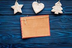 Espacio para el saludo del Año Nuevo La Navidad cercana de papel juega en maqueta de madera azul de la opinión superior del fondo Fotos de archivo libres de regalías