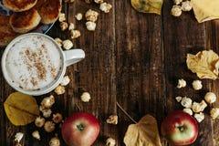 Espacio para el texto Café caliente del cacao con las palomitas, manzana, tortas, l Foto de archivo