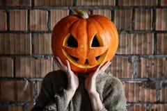 Espacio principal Halloween de la mano de la muestra del monstruo de la calabaza Imagenes de archivo