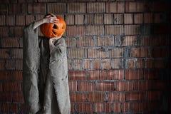 Espacio principal Halloween de la mano de la muestra del monstruo de la calabaza Imagen de archivo