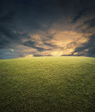 Espacio vacío, campo de la hierba verde y cielo Imagen de archivo