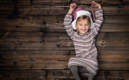 Espacio vacío de la copia del texto o del logotipo en madera oscura vertical del vintage de la visión superior Muchacha feliz her imagen de archivo