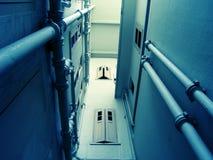 Espacio y ventanas estrechos Foto de archivo libre de regalías