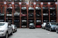 Espacios de estacionamiento hidráulicos verticales, New York City Fotografía de archivo