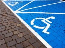 Espacios de estacionamiento para las personas discapacitadas Fotos de archivo libres de regalías