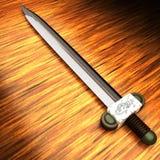 Espada antigua sobre la tabla de madera Fotografía de archivo