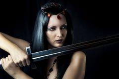 Espada atractiva joven de la explotación agrícola del guerrero de la muchacha Fotografía de archivo