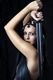 Espada atractiva joven de la explotación agrícola del guerrero de la mujer Imagen de archivo libre de regalías