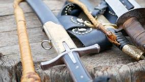 Espada cosaca con los cuchillos y la correa de espada almacen de video